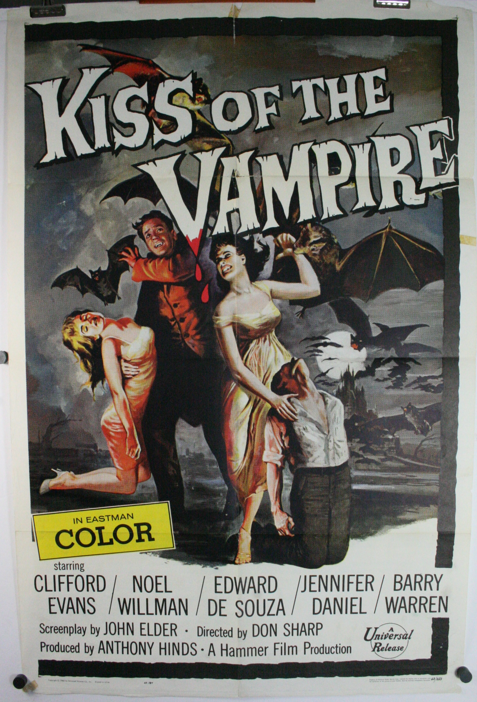 Kiss of the vampire-2223